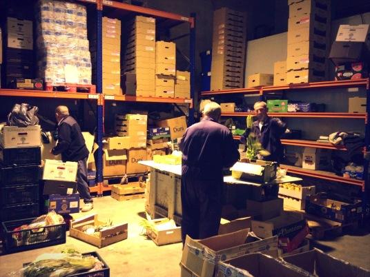 7: 30 de la mañana, empieza la jornada laboral en el Banco de Alimentos de Navarra. Los voluntarios se despiertan temprano para trabajar. CARMEN GUITIÁN (FLICKR)